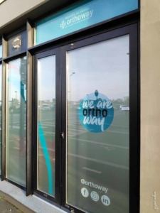 pose adhesifs angers vitre local